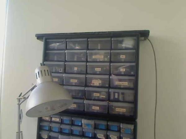 """""""Parece um armário feio e velho, que tem placas com nomes e uma lâmpada de estudo ao lado"""" (Foto: Matt Richardson)"""