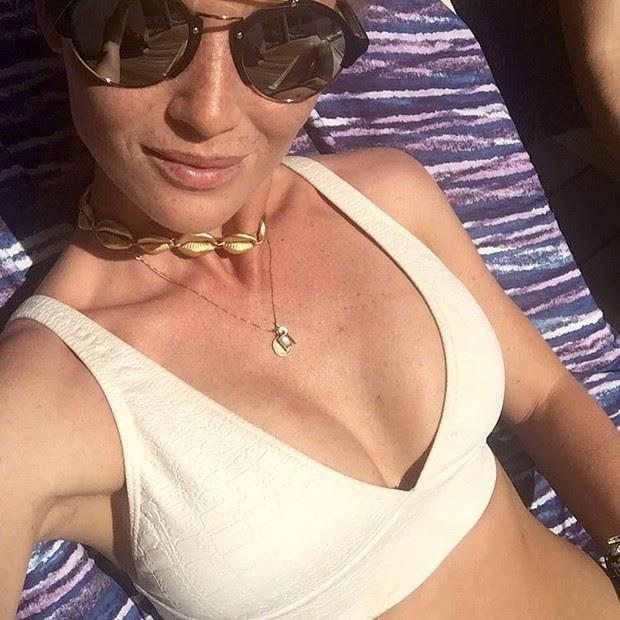 Cíntia Dicker usa acessório com búzios, que é a aposta da vez para o verão 2017 (Foto: Reprodução do Instagram)