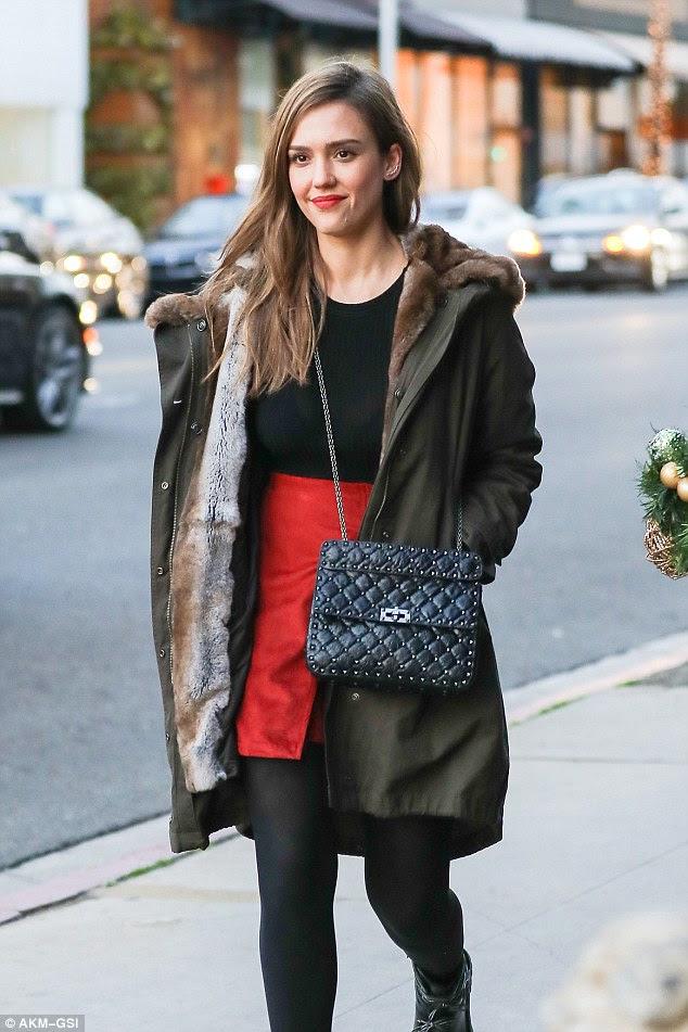 Cores do feriado!  Jessica Alba espremido em algumas compras de última hora feriado na quinta-feira em Beverly Hills, Califórnia, ela vestiu cores de Natal em sua roupa