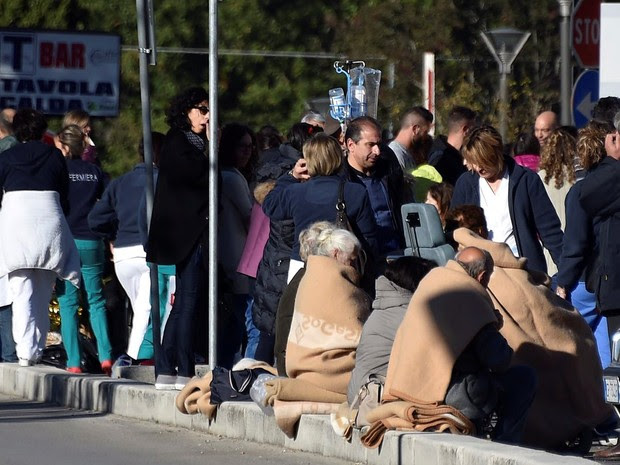 People evacuated from an hospital are covered with blankets following a quake in Rieti, Italy, October 30, 2016. (Foto: Emiliano Grillotti/Reuters)