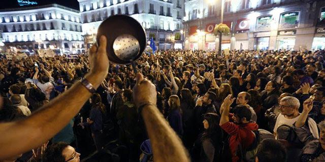 Las cacerolas han sonado con fuerza en el final de la manifestación en la Puerta del Sol.