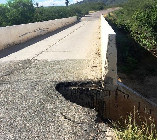 A cratera já toma conta de parte da estrada.