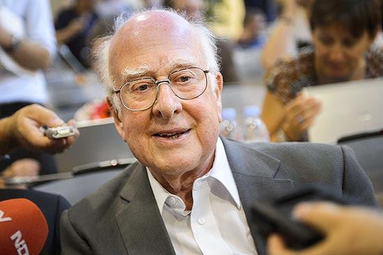 O físico escocês Peter Higgs, que propôs um mecanismo de como as partículas adquirem sua massa