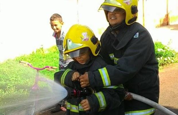 Menino de 19 anos se integrou à equipe em 'operação especial' em Quirinópolis, em Goiás (Foto: Divulgação/Bombeiros)