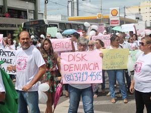 Manifestantes pedem que população contribua com as investigações (Foto: Yuri Matos/G1)