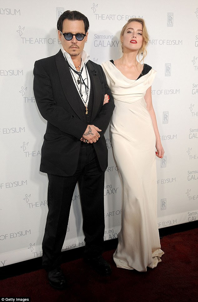 Ele vai fazer as honras: Johnny Depp enviou o primeiro lote de dinheiro de sua liquidação $ 7 milhões divórcio para Amber Heard diretamente para as duas instituições de caridade que ela escolheu pessoalmente