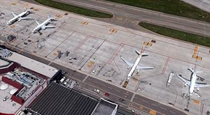 Una veduta dall'alto dell'aeroporto di Bologna. In copertina: uno dei velivoli sauditi atterrati e ripartiti dal capoluogo emiliano il 14 marzo scorso.