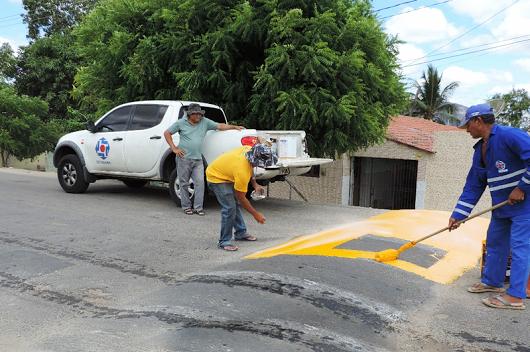 Pleito do deputado Souza, equipe do Detran revitaliza sinalização em ruas e avenidas de Frutuoso Gomes