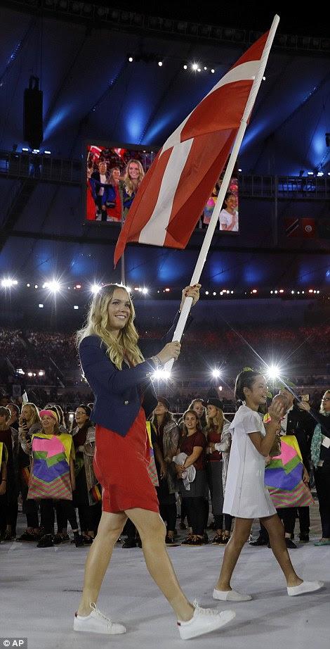 Caroline Wozniacki carrega a bandeira da Dinamarca durante a cerimônia de abertura dos Jogos Olímpicos de 2016 no Rio de Janeiro, Brasil, Sexta-feira