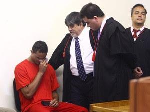 Advogados observam enquanto o goleiro Bruno chora durante sessão no Fórum de Contagem (Foto: Pedro Triginelli/G1)