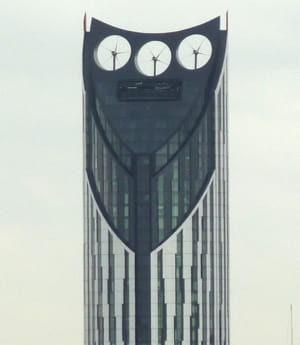 le toit de la tour londonienne strata se compose de 3turbines de 9mètres de