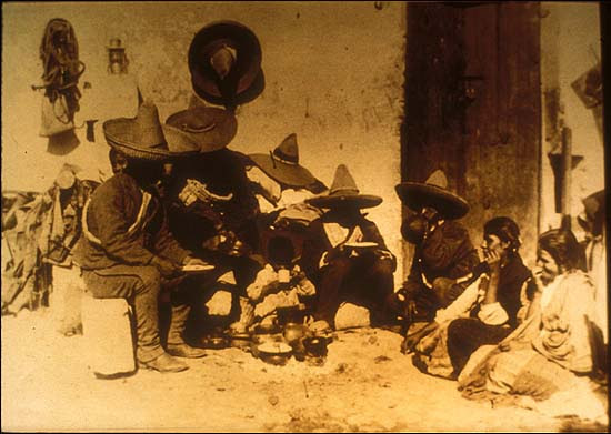 Mexikói forradalom. Katonák családi körben. Agustín Victor Casasola (1874-1938) fotója. Vö. http://content-s10.cdlib.org/ark:/13030/hb6199p2k3/?layout=metadata&brand=calisphere
