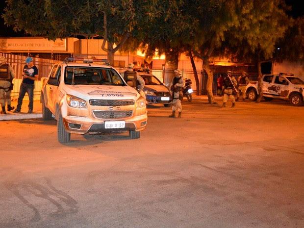 Equipes da CIPE/Cerrado fizeram abordagem a ônibus (Foto: Edivaldo Braga/Blog Braga)