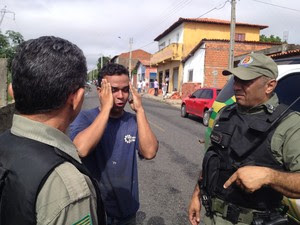 Filho de vítima ficou abalado ao encontrar o pai morto (Foto: Gustavo Almeida/G1)