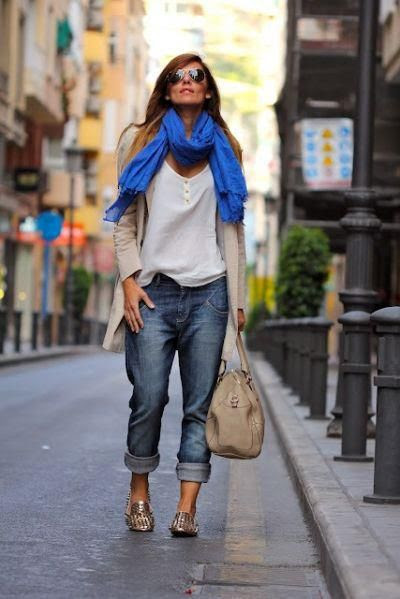 39 Cool Fashion Trends boyfriends jeans, white top, trench, slippers