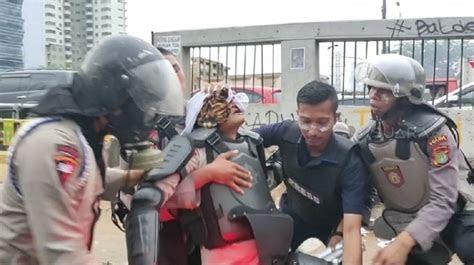 lawan anak stm  aksi  polisi tumbang keluarkan darah