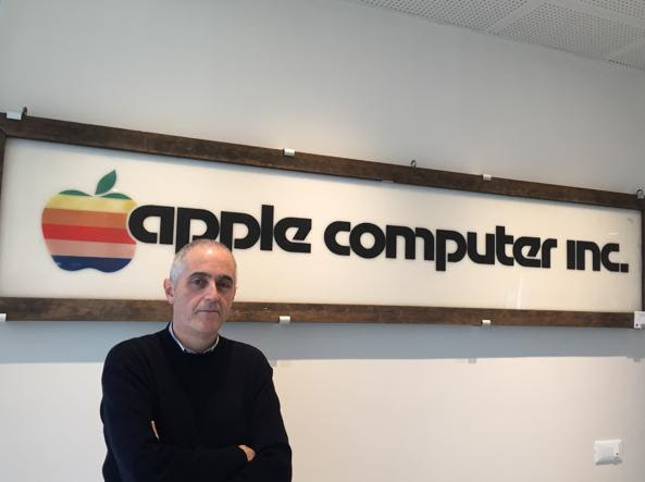 Alessio Ferraro, ideatore e fondatore dell'All About Apple Museum di Savona, davanti alla prima insegna della casa di Cupertino realizzata nel 1977