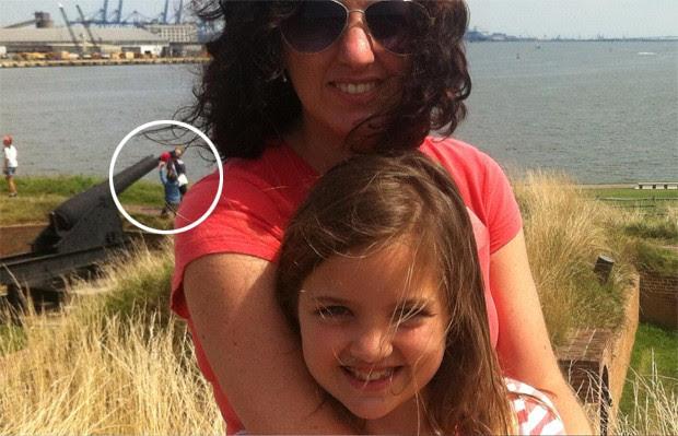 Foto de dupla flagrada colocando bebê em canhão virou sensação na web (Foto: Reprodução/Imgur/99-LS1-SS)