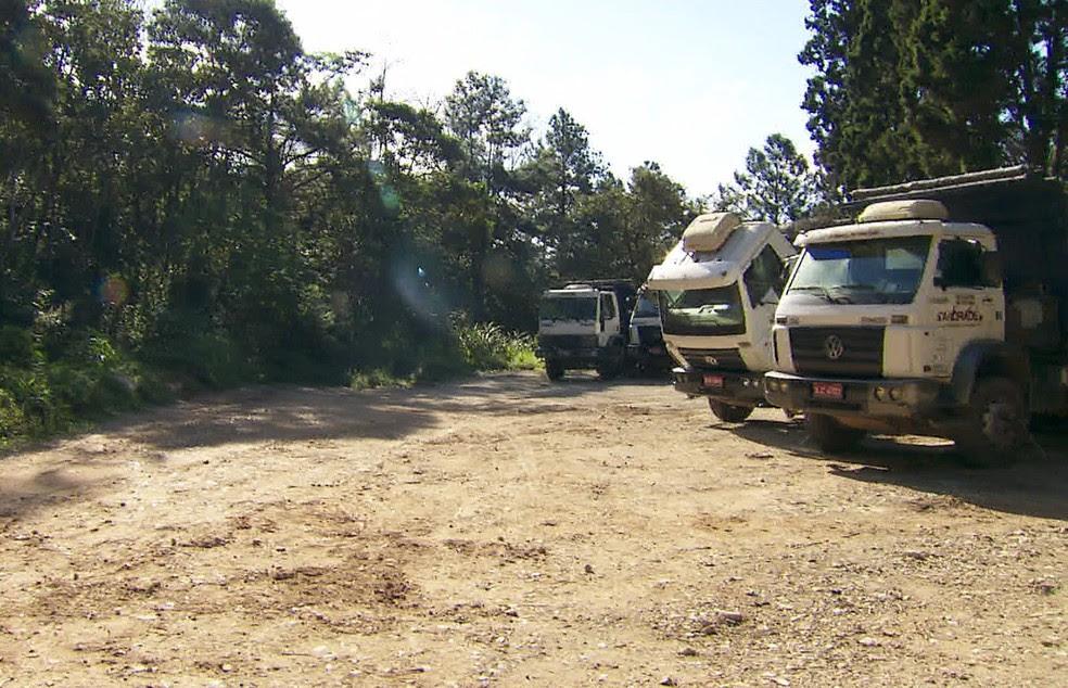 Caminhões que não foram levados de empresa em Diadema (Foto: Reprodução/TV Globo)