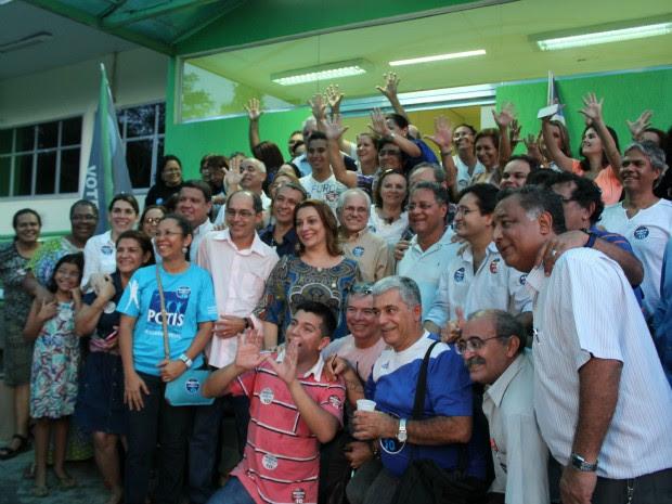 Reitora da Ufam posa para foto após vitória nas eleiçõe com 60,7% dos votos válidos (Foto: Tiago Melo/G1 AM)