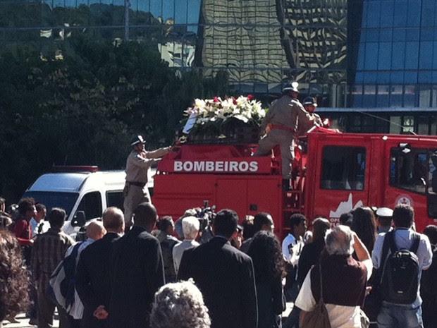 Corpo de dom Eugenio chega à Catedral do Rio (Foto: Rodrigo Vianna/G1)