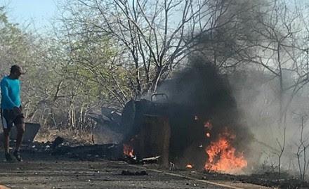 Carro-forte foi explodido por criminosos em Souto Soares, na Bahia (Foto: Central Notícia)