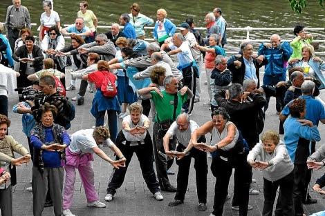 Un grupo de ancianos realiza gimnasia en grupo para mejorar su motricidad. | El Mundo