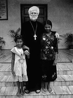Иерей Пол Мартин с детьми из приюта