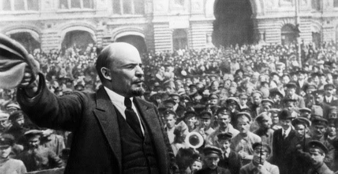 Vladimir Ilyich Lenin (1870 - 1924), durante un discurso