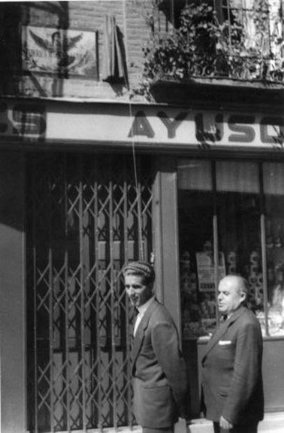 Federico Martín Bahamontes descubre la placa en su honor que le dedica la Plaza de la Magdalena de Toledo en 1959