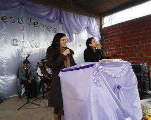 Dcª Marta Braga (à esq.) ministrou a Palavra de Deus, sendo traduzida pela missionária Rosane da Silva