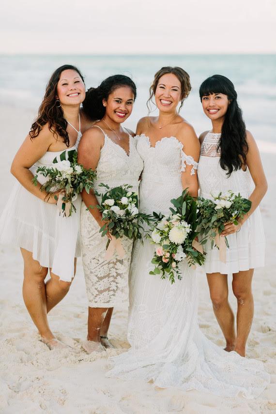 Die Braut entschied sich für weiße Blumen und viel grün für die Hochzeit, und das ist es