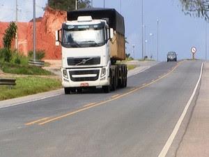 caminhão movimento estrada rodovia MG-050 Ano Novo Réveillon Divinópolis MG (Foto: Reprodução/TV Integração)