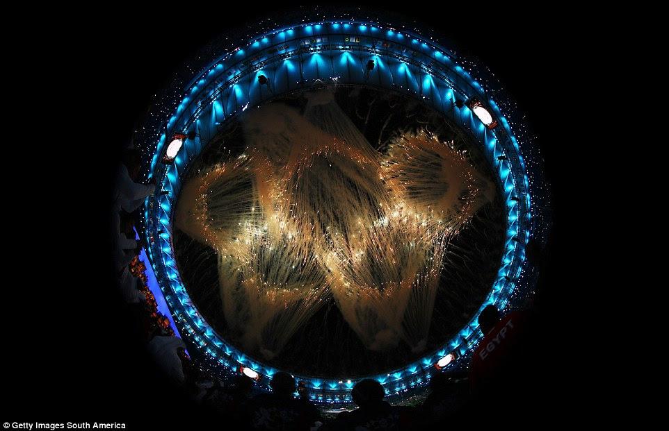 Fogos de artifício explodem para formar os anéis olímpicos durante a Cerimônia de Abertura dos Jogos Olímpicos Rio 2016