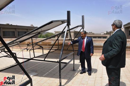 جامعة أسيوط تطبق الخلايا الشمسية المتحركة على أقسام كلية العلوم  (2)