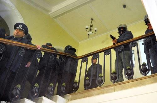 Επιδοτούμενοι πολίτες εκκενώνουν ειρηνικά το δημαρχείο του Λιβν