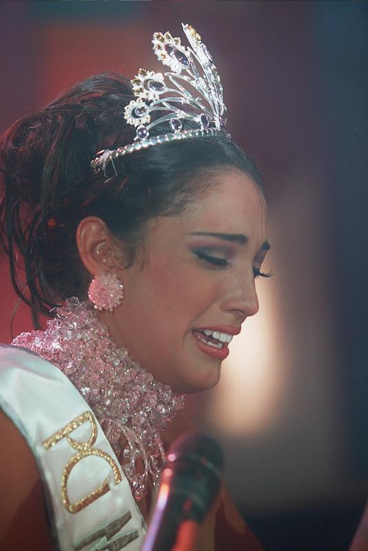 Desiree Durán llorando y con su corona de Miss Universo Bolivia 2006