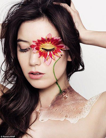 """Modelo Daisy Lowe muestra su apoyo a la """"Hora del Planeta"""" con ... qué más ... saludo de un ojo."""