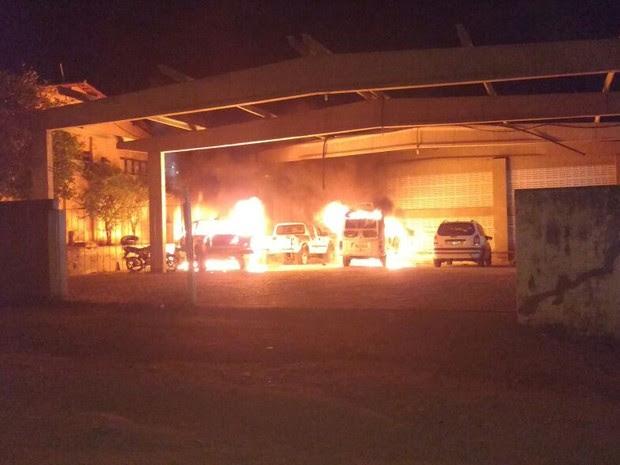 Bandidos atearam fogo na garagem do prédio da Secretaria de Saúde de Caicó  (Foto: Willacy Dantas )