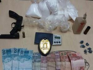 Dinheiro falsificado, arma e drogas foram apreendidos em Portel (Foto: Ascom/PC)