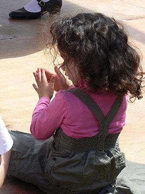 petite fille qui applaudit.jpg