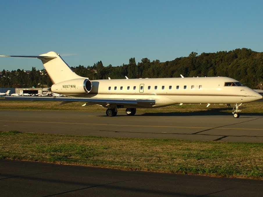 Gates đã trả $ 21.000.000 cho máy bay riêng của mình trở lại vào năm 1997. Nó đã chắc chắn có ích khi đi đến những nơi xa xôi cho công việc từ thiện của mình. 'Sở hữu một chiếc máy bay là một niềm vui tội lỗi,' ông nói trong một AMA trên Reddit. 'Tôi nhận được rất nhiều nơi cho công việc Foundation tôi sẽ không thể đi đến mà không có nó.'