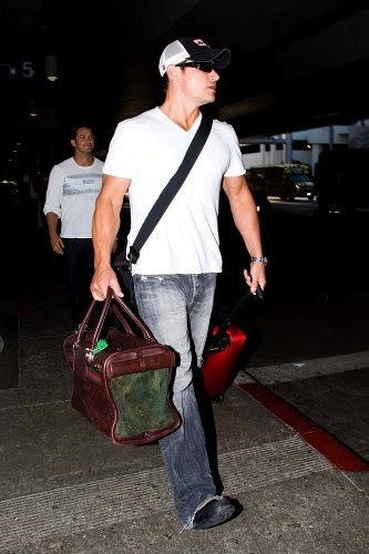 Nick Lachey Nick Lachey carries his dog in a handbag as he arrives at LAX (Los Angeles International Airport).