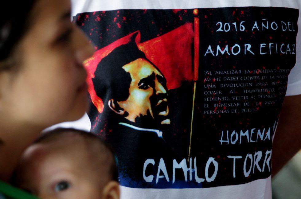 Una camiseta alusiva al homenaje por los 50 años de la muerte de Camilo Torres, este lunes en Bogotá.