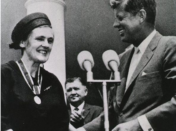 La scienziata Frances Oldham Kelsey  premiata nel 1962 dal Presidente John F. Kennedy per avere evitato la tragedia della talidomide negli Usa