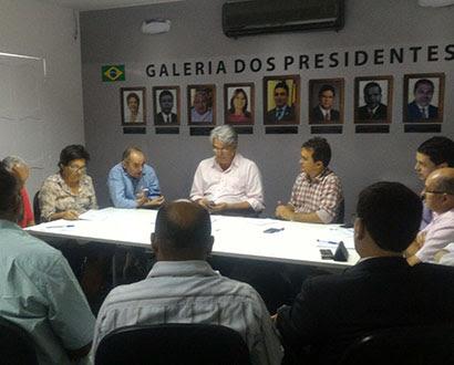Reunião de prefeitos na sede da Femurn