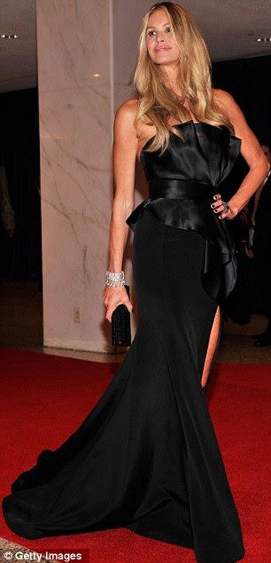 Leggy adorável: Elle Macpherson mostrou por que ela ganhou o apelido de 'O Corpo' como ela exibiu suas longas pernas em um vestido preto com uma fenda