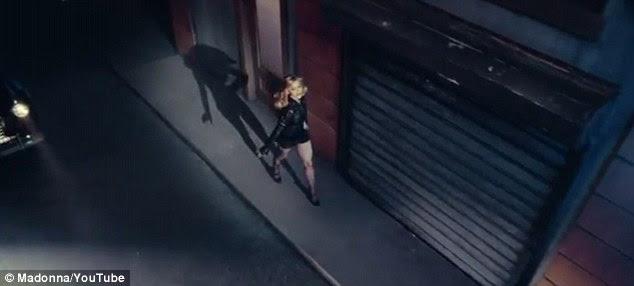 Eu e minha sombra: A língua na bochecha de vídeo é filmado à noite