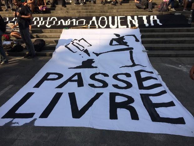 Faixa do MPL em frente ao Theatro Municipal em concentração do protesto nesta sexta-feira (Foto: Gabriela Gonçalves/G1)