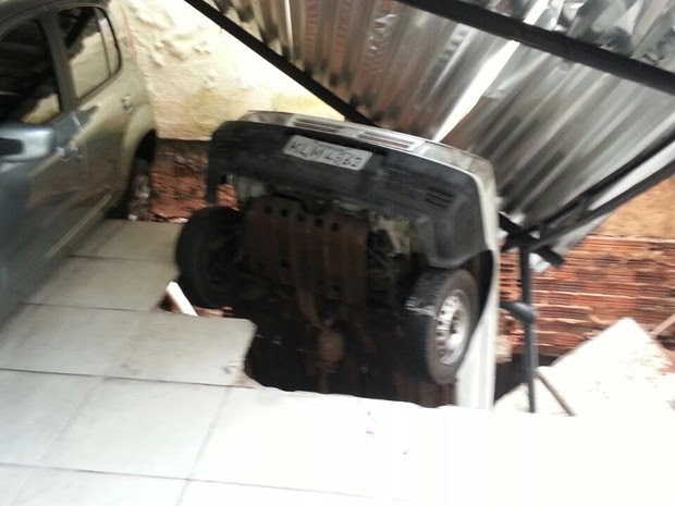 Carro foi engolido por cratera que apareceu em garagem. (Foto: Jorge Talmon/TV Verdes Mares)